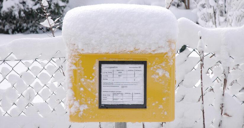 Foto: Schnee auf Briefkasten der Deutschen Post